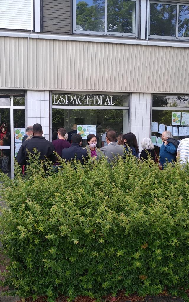 Le Ptit Kiosque - adhérents devant le local